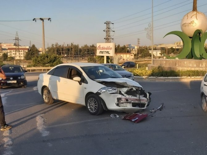 İki aracın kullanılmaz hale geldiği kazada yaralanan olmadı