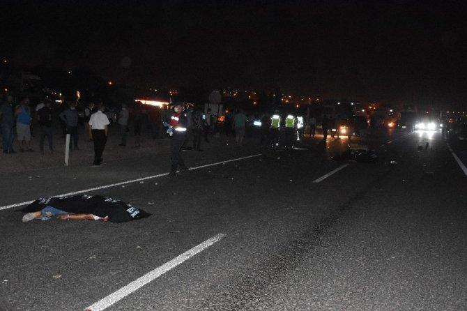 Otomobille çarpışan motosikletteki 2 kişi feci şekilde can verdi