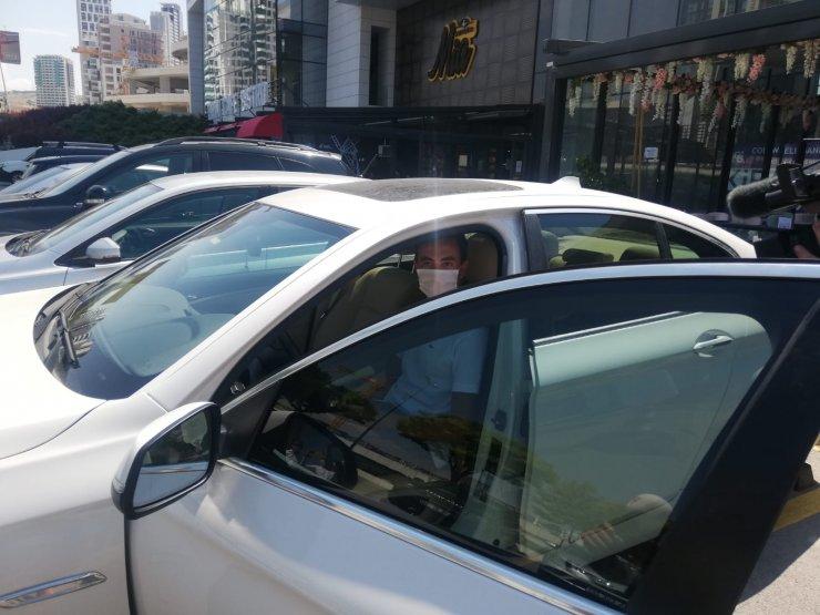 Türkiye birincisi öğrencisine otomobilini hediye etti