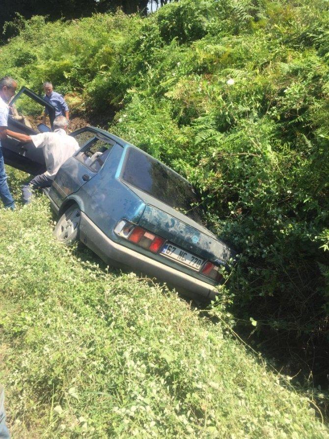Direksiyon hakimiyetini kaybetti, otomobiliyle kanala düştü