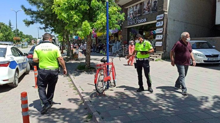 Motosikletin çarptığı bisikletin sürücüsünün takma dişi boğazına kaçtı