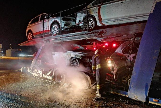 Otomobil taşıyan tır yandı
