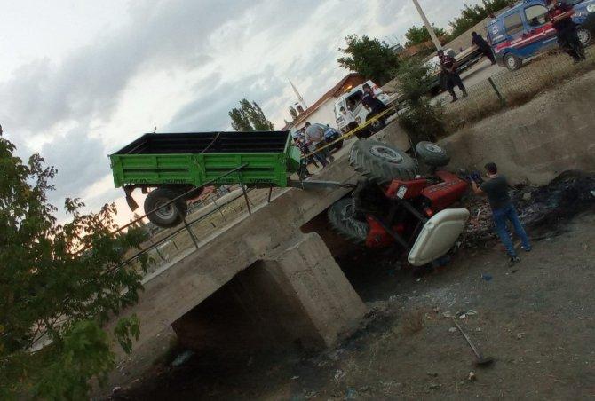 Traktör köprüden aşağı düştü: 3 yaralı