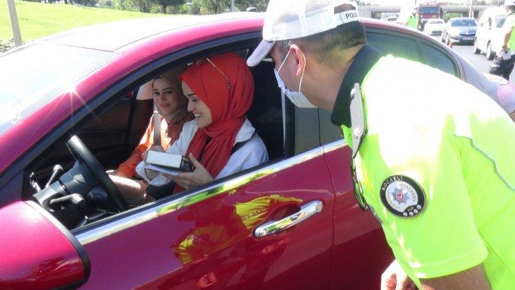 Vali Yavuz denetimlere katıldı, sürücülere pişmaniye hediye etti