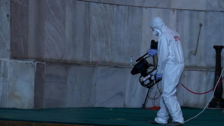 Ayasofya Camii bayram öncesinde dezenfekte edildi