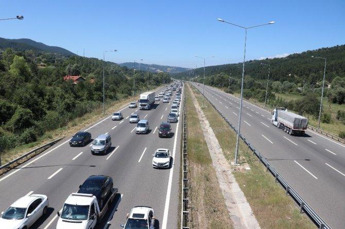 Bolu'da tatilcileri taşıyan araçlar trafiği durma noktasına getirdi