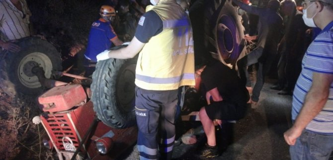 Devrilen traktörün altında kalan sürücü ölümden döndü