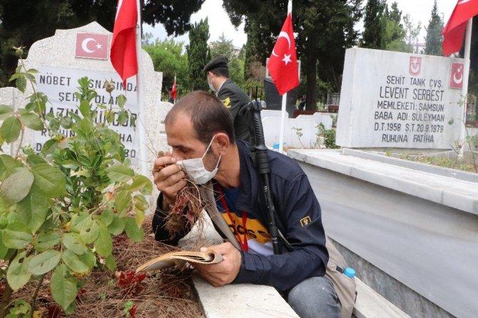 Görme engelli vatandaş 20 senedir şehitlikte Kur'an okuyor