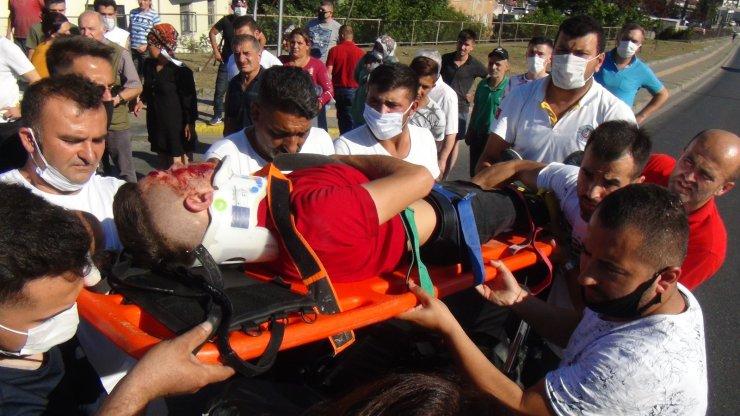 Kask takmayan motosiklet sürücüsü ağır yaralandı, yoldan geçen doktor müdahale etti