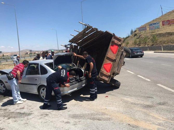 Otomobil hayvan taşıyan traktörle çarpıştı: 1 yaralı