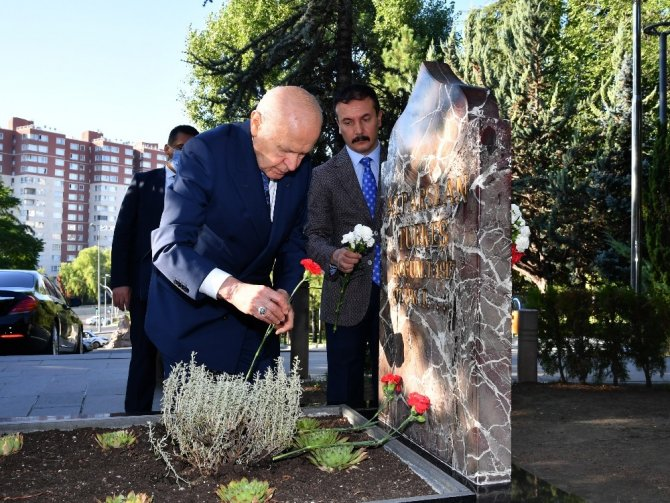 Bahçeli, Alparslan Türkeş'in mezarını ziyaret etti