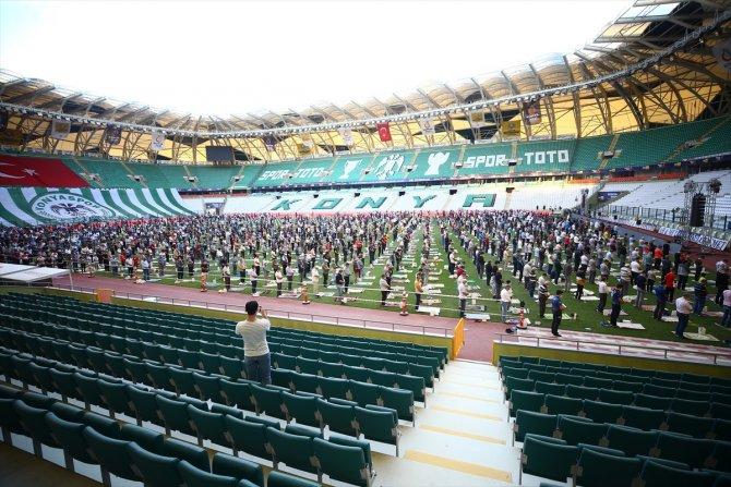 Konya'da bayram namazı stadyumda kılındı