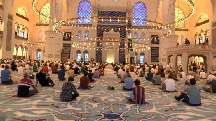 Büyük Çamlıca Camii'nde bayram namazı kılındı