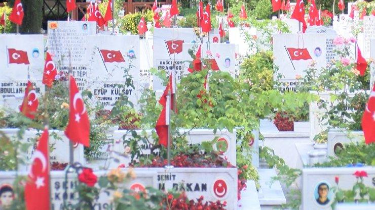 Edirnekapı Şehitliği'nde buruk bayram