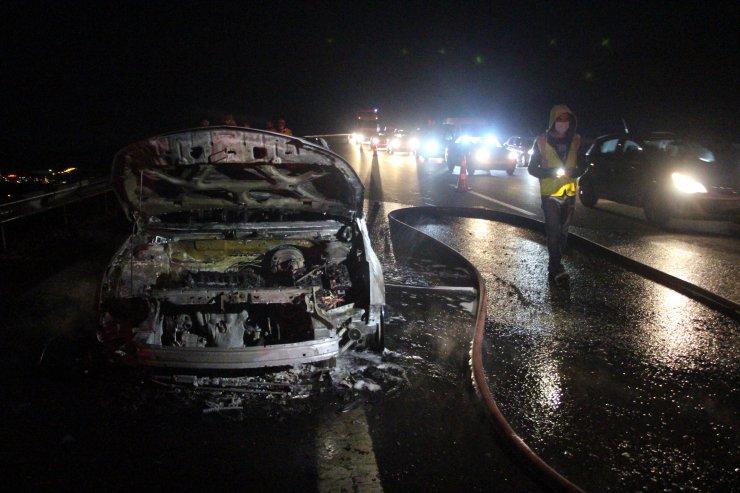Bayram tatili için Konya'ya geliyorlardı, araba yoldayken alev alev yandı!