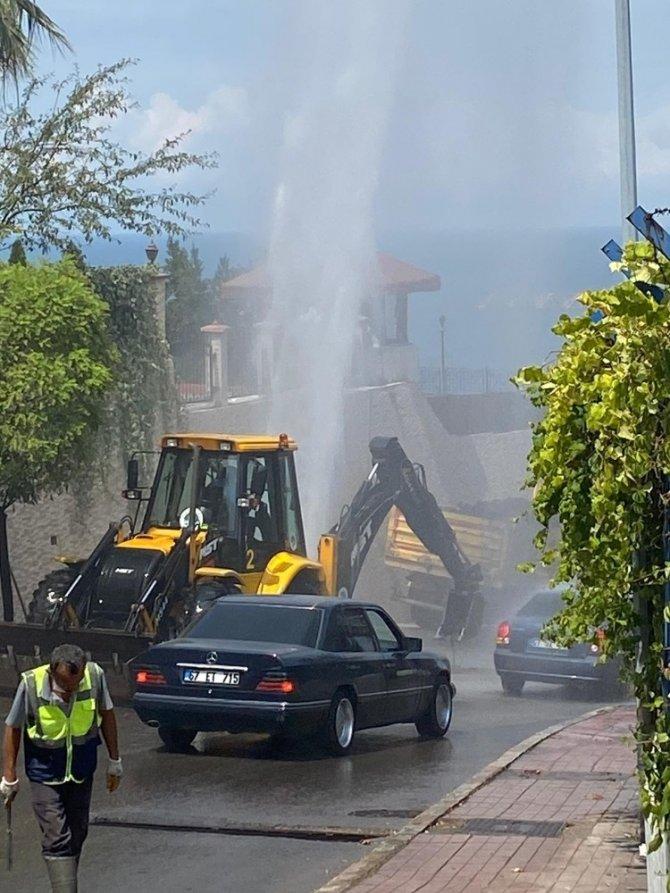 Su borusu patladı, trafik kitlendi