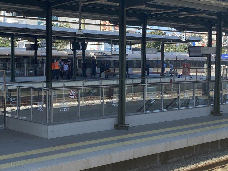 Raylara atlayan kişi trenin altında kalarak öldü