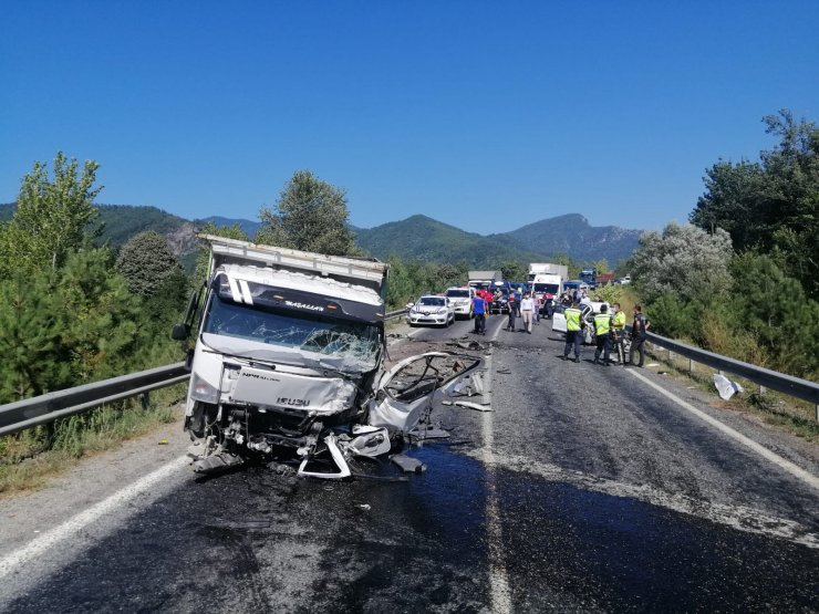 Otomobille kamyonet çarpıştı: 2 ölü, 3 yaralı