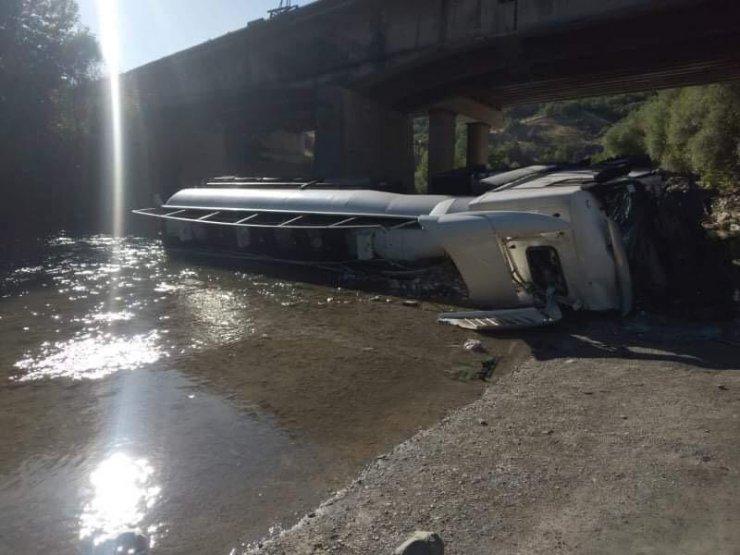 Köprüden dereye düşen tankerin şoförü yaralandı