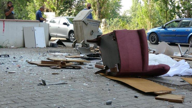 Sinir krizi geçiren kadın, evdeki eşyaları sokağa fırlattı
