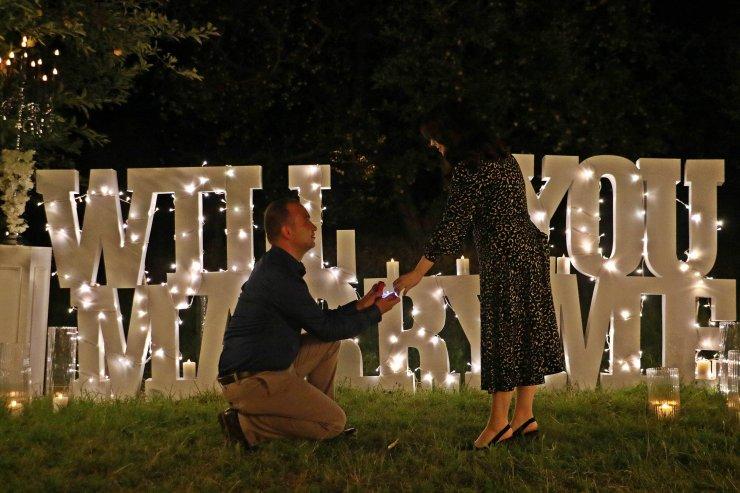 Evlilik teklifi için süslediği elma bahçesi, doğal stüdyo oldu