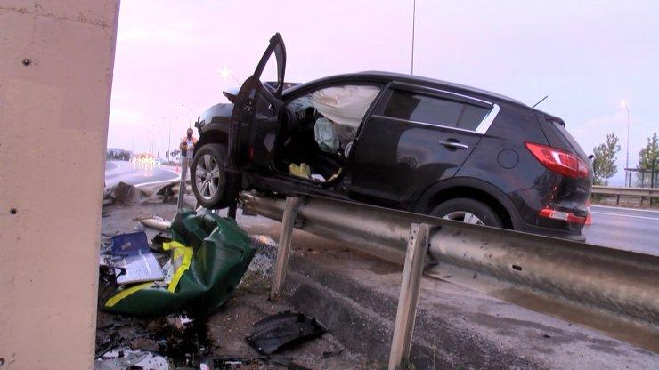 Kartal'da otomobil bariyere çarptı: 3 yaralı