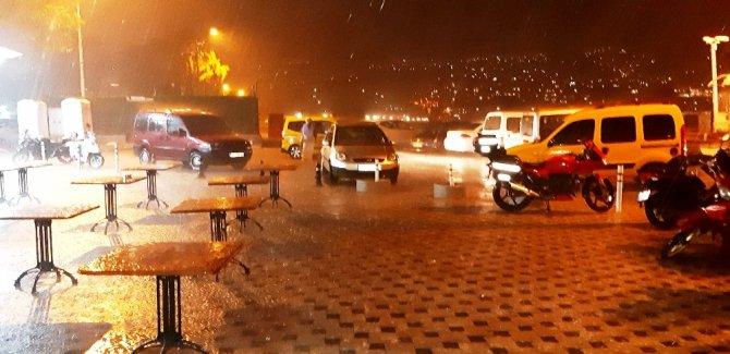 Bir anda bastıran sağanak yağmurda turistler kaçacak yer aradı