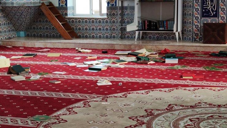 Camideki kitaplara zarar verip, ses sistemini bozdular