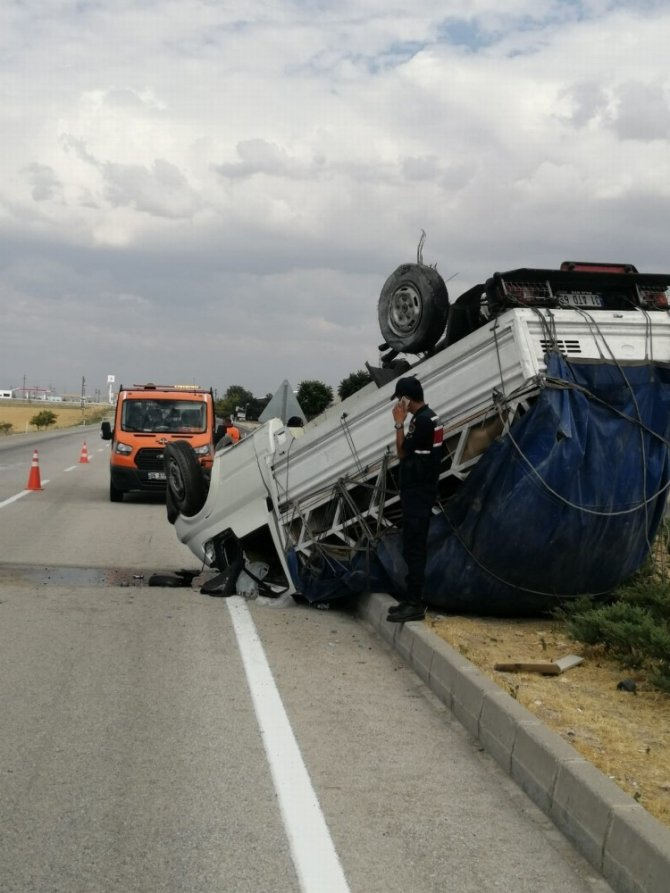 Konya'da kamyonet takla attı: 3 yaralı