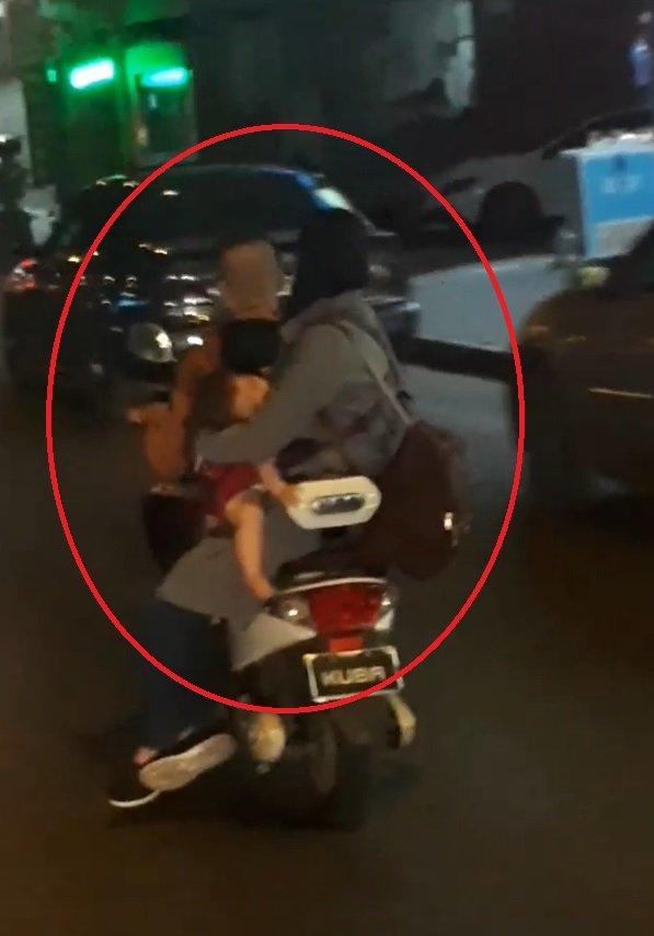 Elektrikli bisikletli çiftin bebekleriyle tehlikeli yolculuğu kamerada