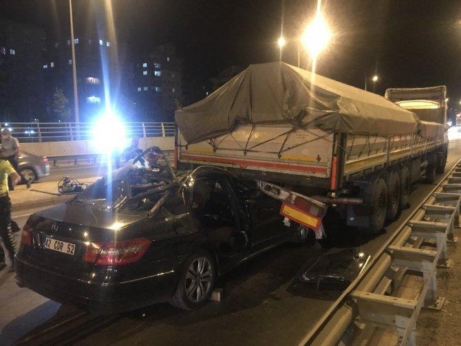 Konya'da otomobil tıra arkadan çarptı: 2 yaralı