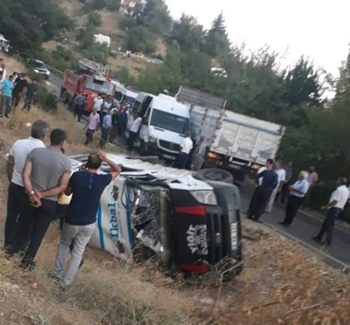 Tarım işçilerinin taşındığı minibüsle kamyonet çarpıştı: 12 yaralı