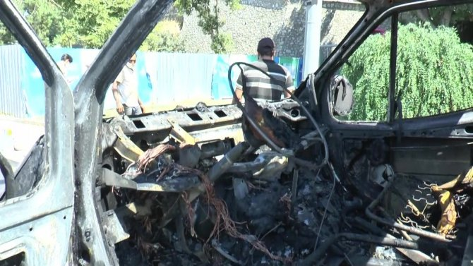 Alev alev yanan araç hurdaya döndü