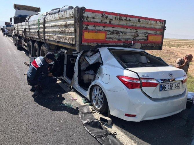 Otomobil tırın altına girdi: 1 ölü, 4 yaralı