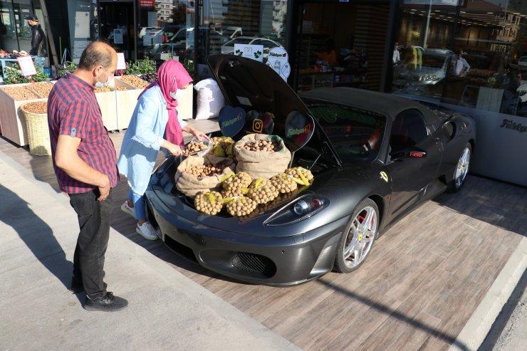 Lüks otomobilin bagajında ceviz satışı