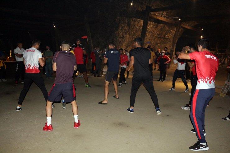 Türkiye ve İngiliz boks milli takımları, tuz mağarasında antrenman yaptı