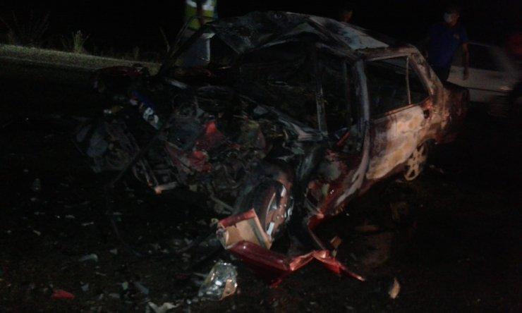 TIR'a çarpan otomobil, yandı: 3 ölü