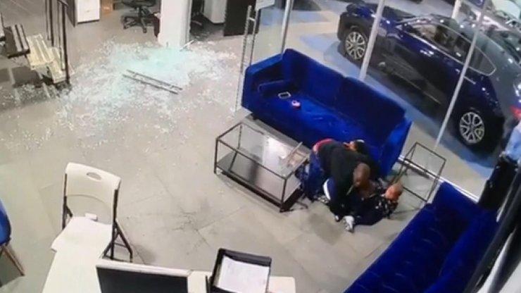 Oto galeride silahlı saldırıya uğrayan baba çocuklarını ölmekten böyle kurtardı