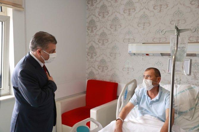 Bakan Koca'dan hastalara 'geçmiş olsun' ziyareti