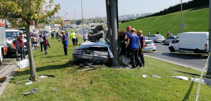 Feci kaza; otomobil içinde sıkışan sürücü hayatını kaybetti