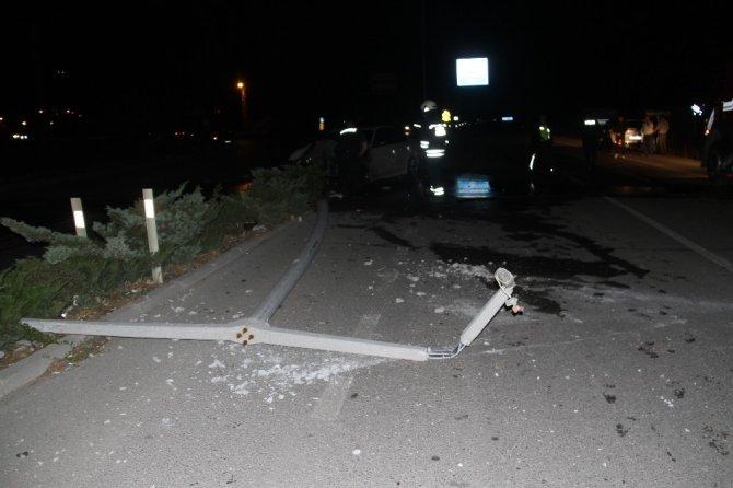 Konya'da aydınlatma direğine çarpan otomobil alev alev yandı!