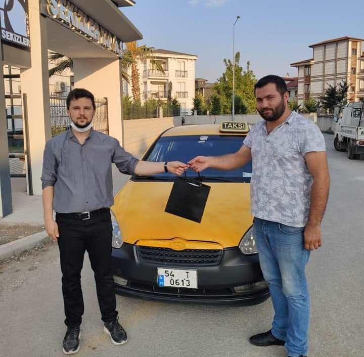 Taksici, takı dolu çantayı sahibine teslim etti