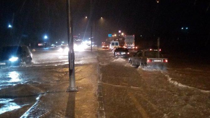 Yollar göle döndü, İstanbul-Çanakkale yolu trafiğe kapandı