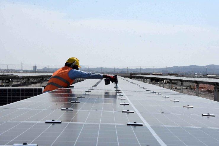Dünyanın en büyük güneş enerji santrali, elektrik üretimine başladı