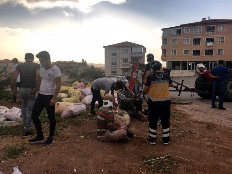 Devrilen traktörde iki kişi yaralandı, yola saçılan 'buğday' nedeniyle sürücü gözyaşı döktü
