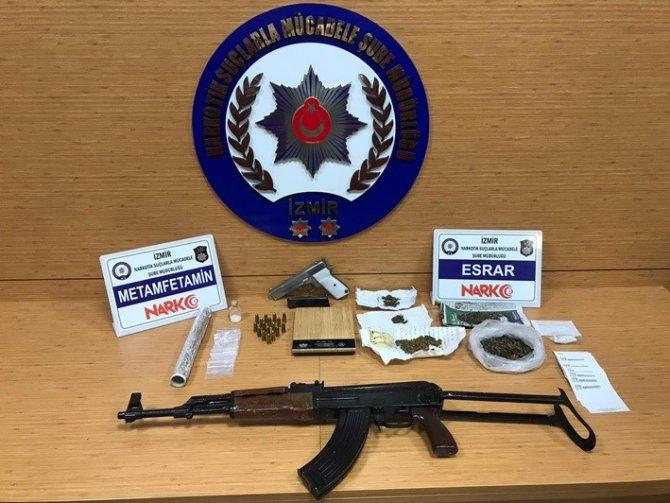 İzmir polisinden 19 ayrı uyuşturucu baskınları: 22 kişi tutuklandı