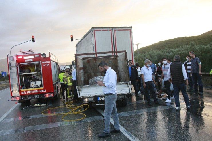 Kırmızı ışıkta kamyona çarpan kamyonetteki çift ve çocukları sıkıştı