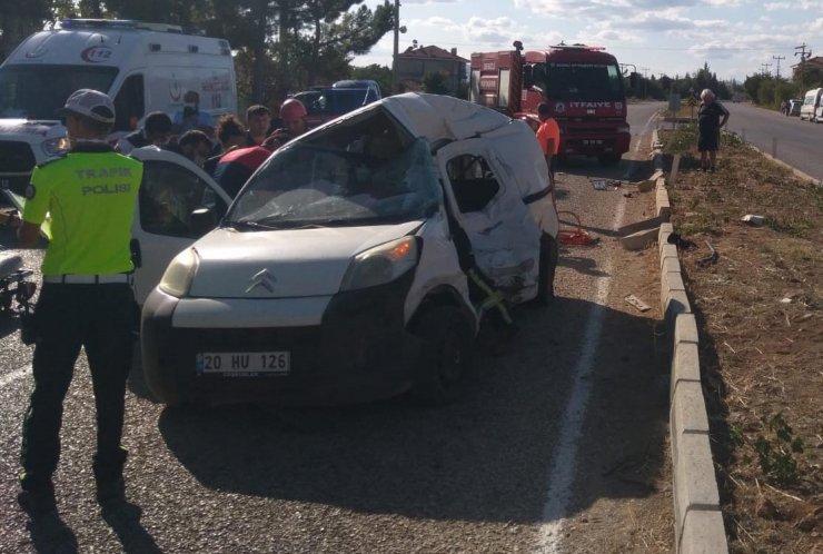 Hafif ticari araç ile kamyon çarpıştı: 3 ağır yaralı
