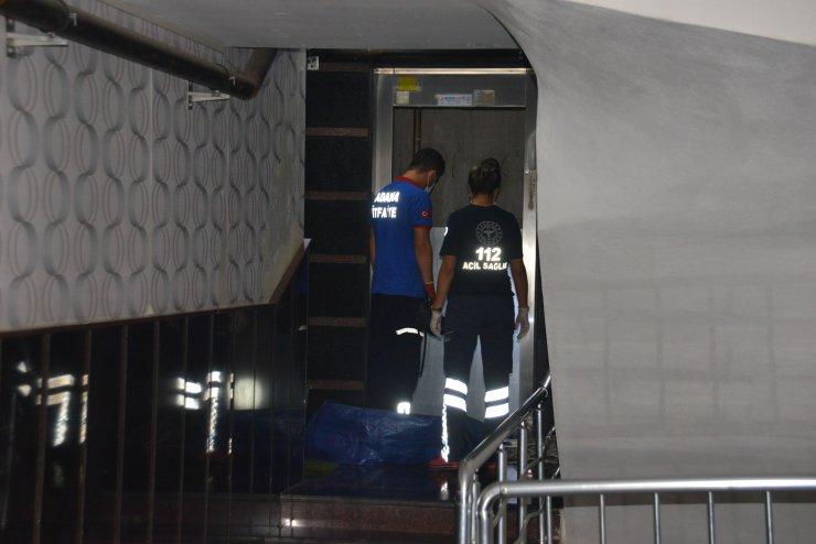 İlk iş gününde asansör boşluğuna düşerek can verdi