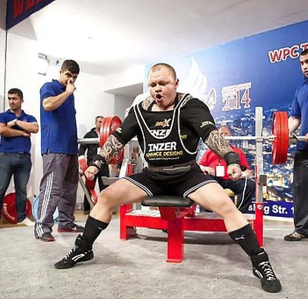Rusya'da film gibi olay! Kadın halterciyi erkek sanıp uçağa almadılar